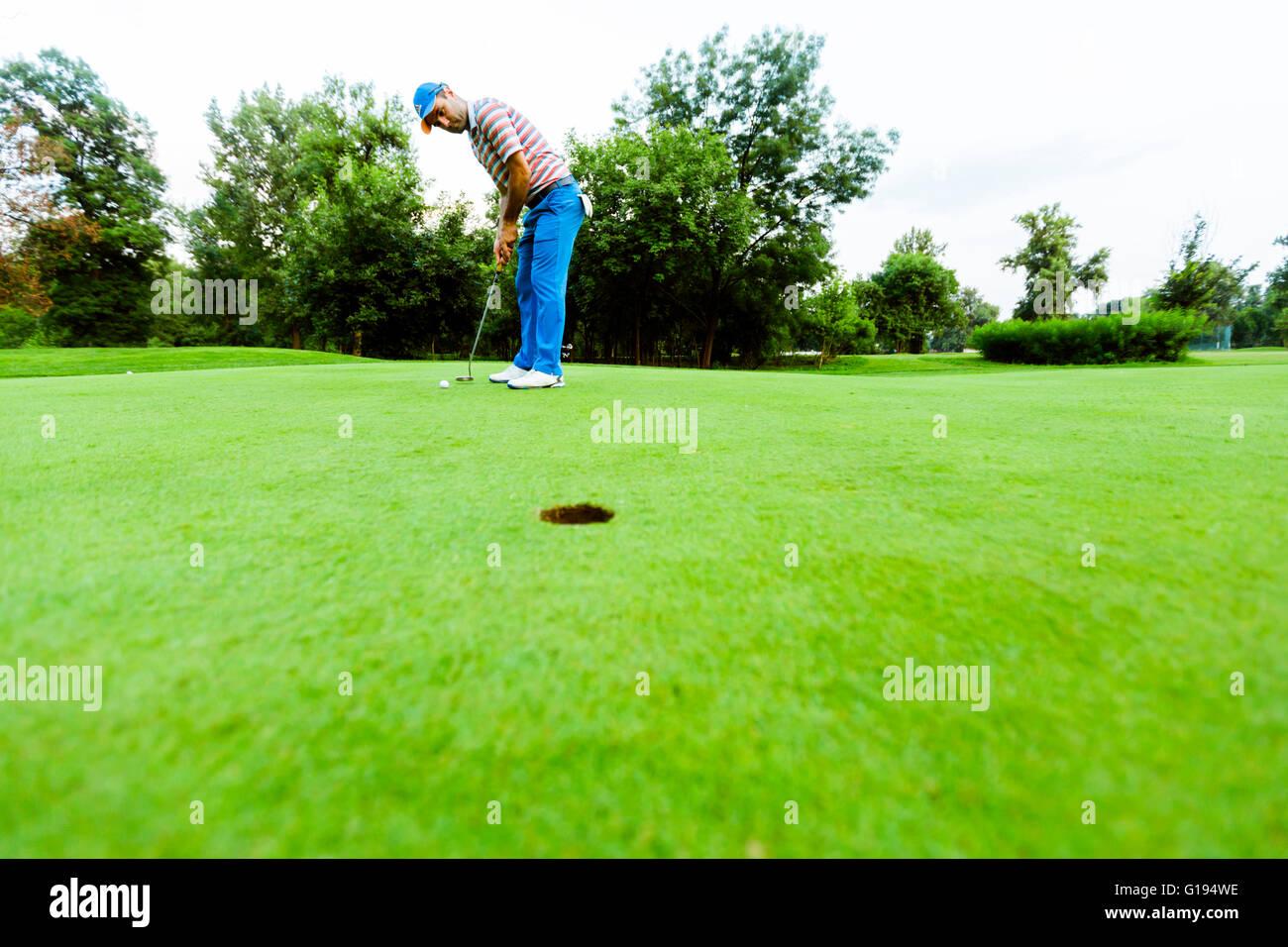 Jugador esté listo para hacer la foto en el putting green Imagen De Stock