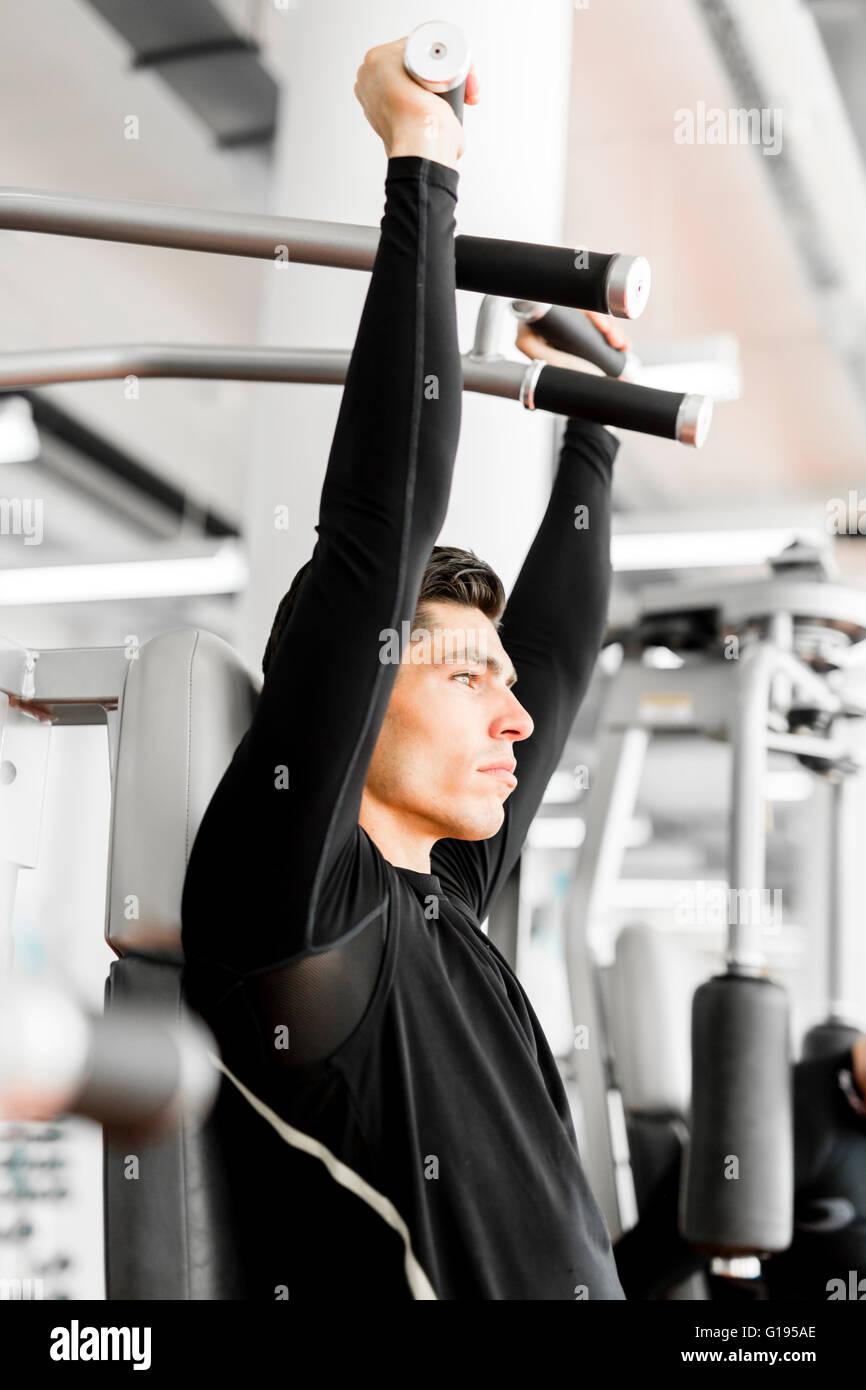 Joven apuesto hombre trabajando en un gimnasio y un estilo de vida saludable Imagen De Stock