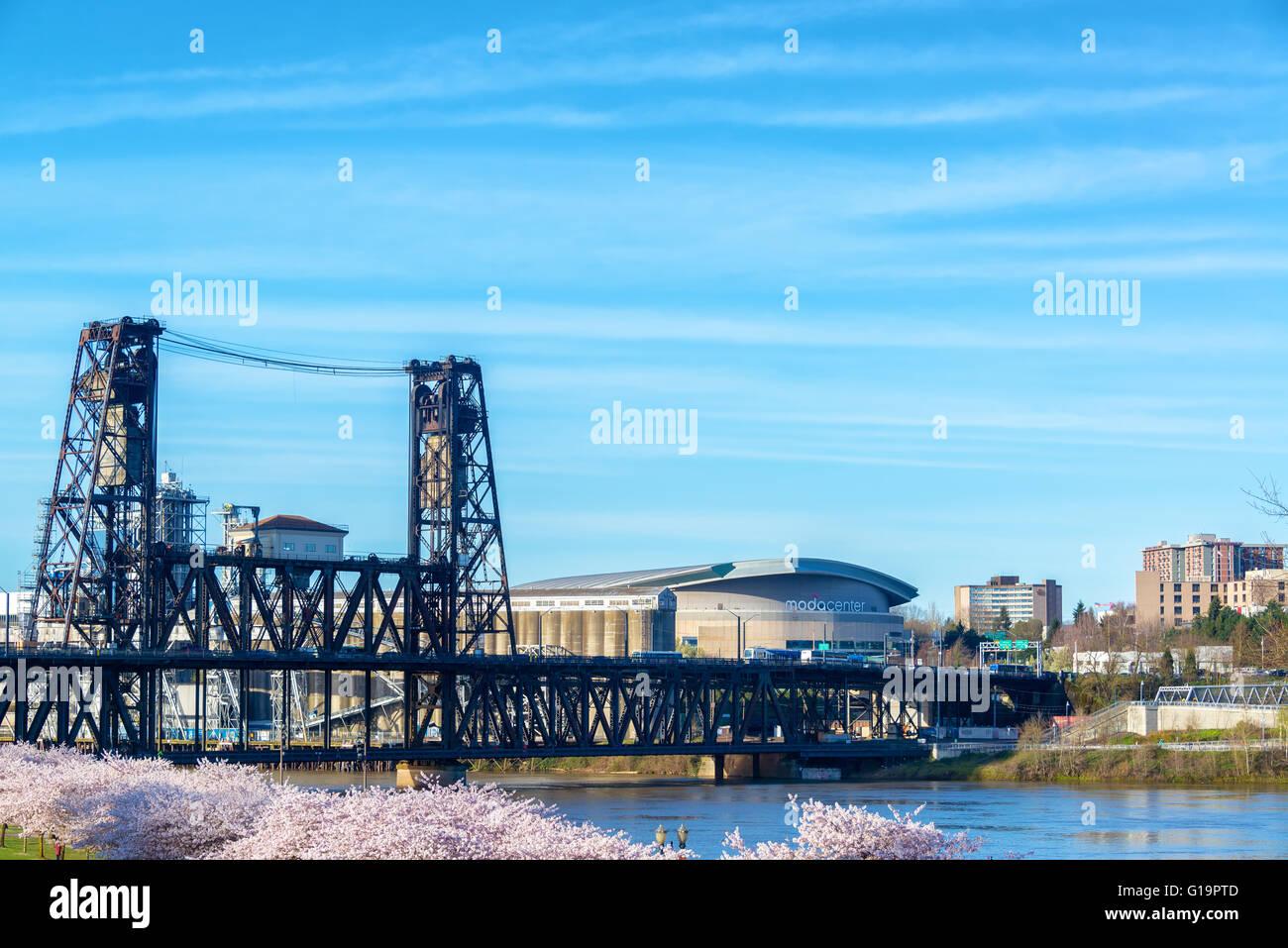 PORTLAND, OR - 16 de marzo: puente de acero en el centro de Portland, o con el Centro de Moda en el fondo el 16 Imagen De Stock
