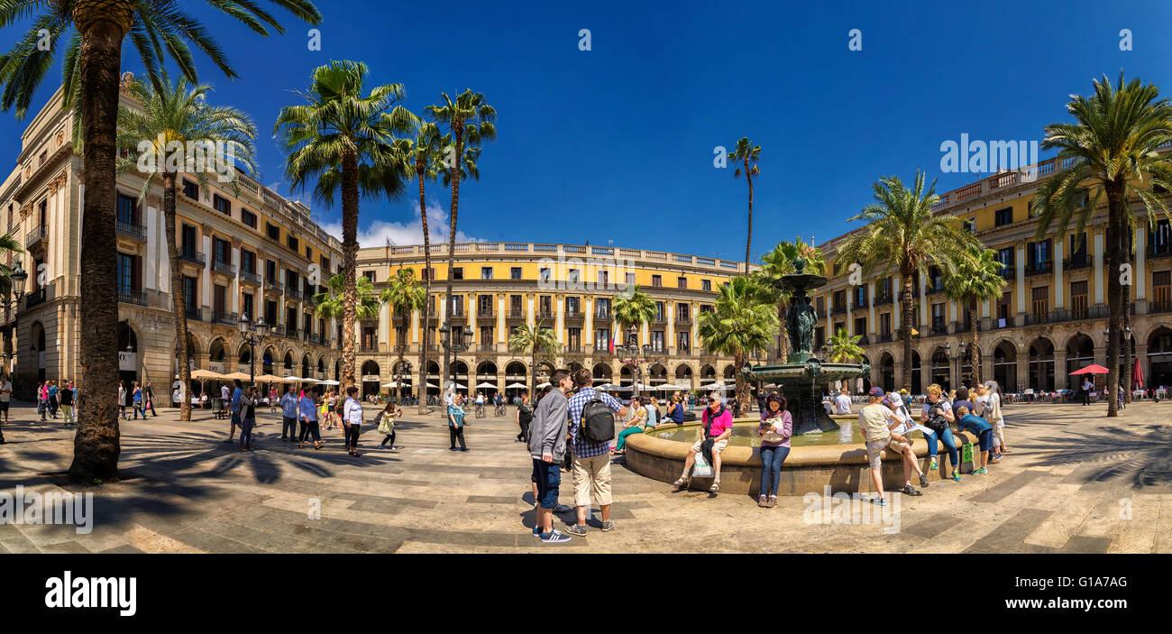 La gente en la fuente en la Plaça Reial en la zona central de Barcelona España Europa Imagen De Stock