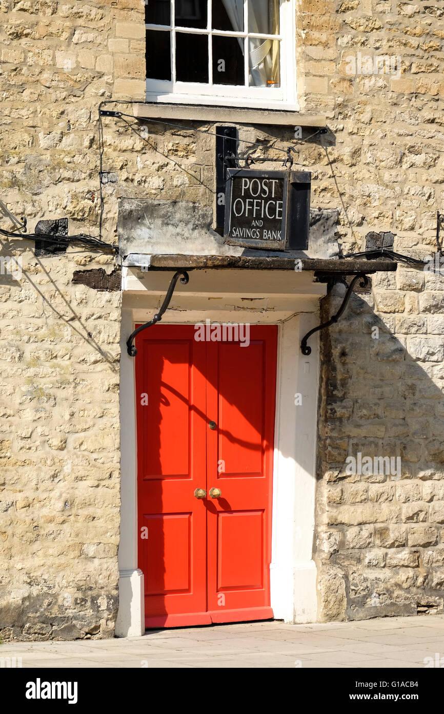 Una antigua oficina de correos y el Banco de Ahorro, firmar por encima de una puerta roja en el pueblo de Woodstock, Imagen De Stock