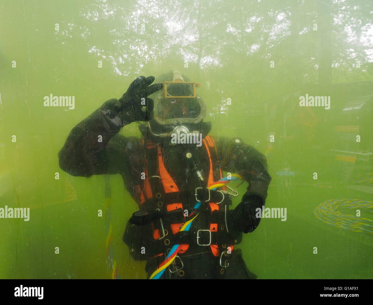 Buzo de la Royal Dutch ingenieros del ejército haciendo aceptar firmar bajo el agua, Breda, Holanda Imagen De Stock
