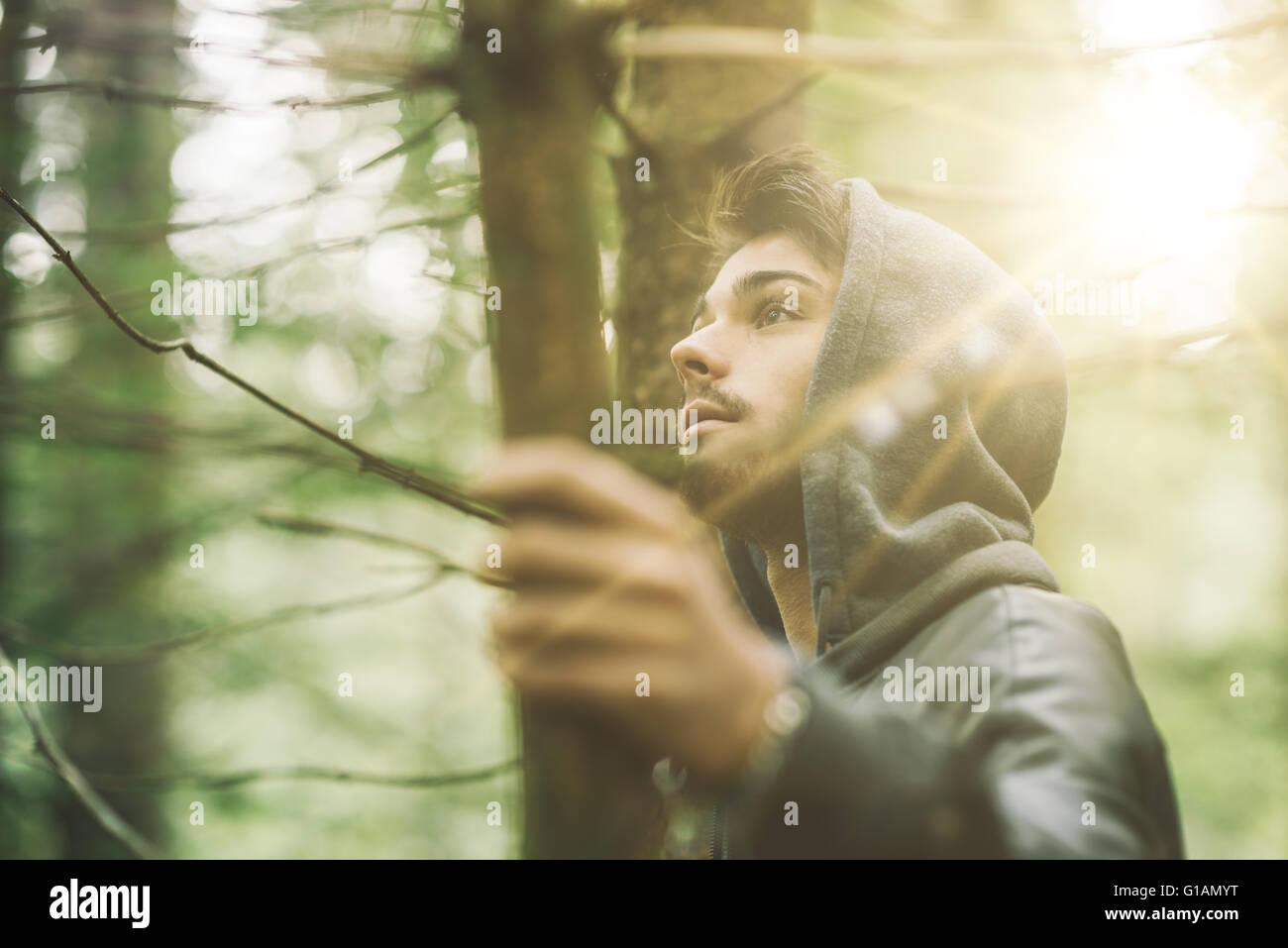 Guy encapuchados en el bosque a explorar la naturaleza, la individualidad y la libertad concepto Imagen De Stock