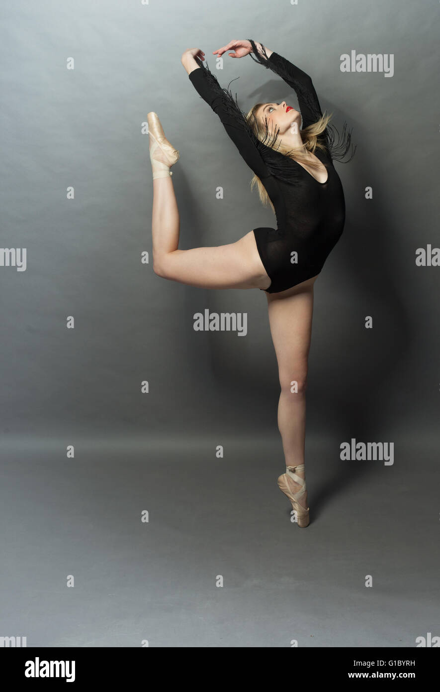 Bella bailarina de ballet haciendo un arabesco Imagen De Stock