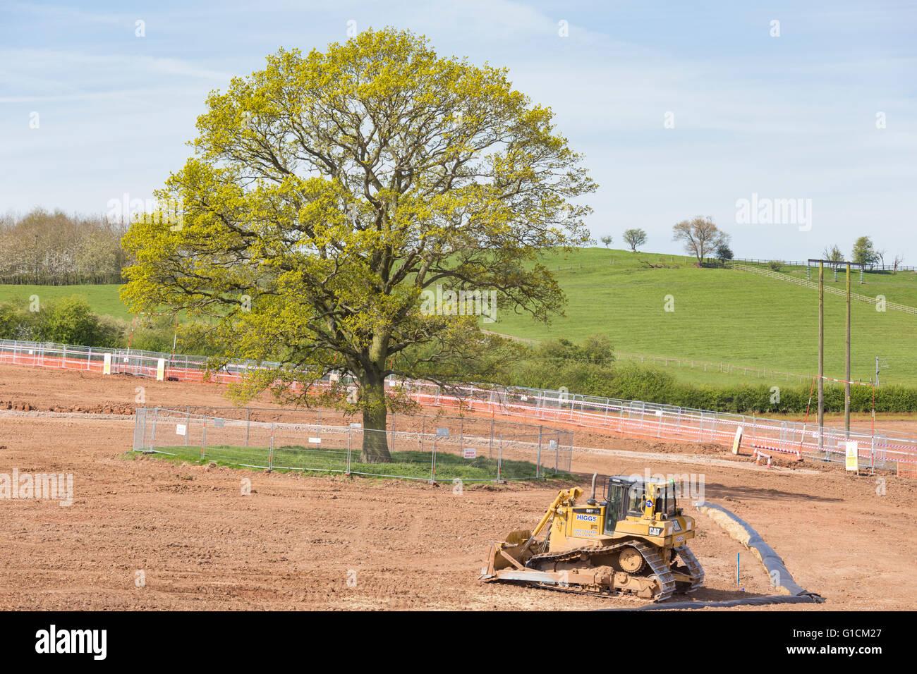 Nuevo desarrollo en antiguos terrenos del cinturón verde con una valla de  protección en torno a 2dc597cdb3c2