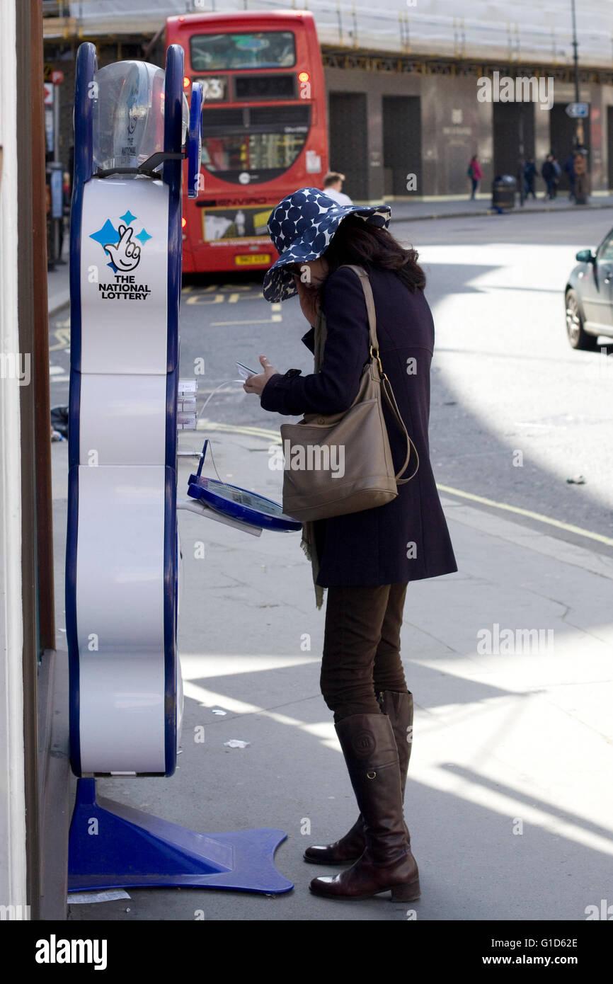 Mujer sacando su lotería Imagen De Stock