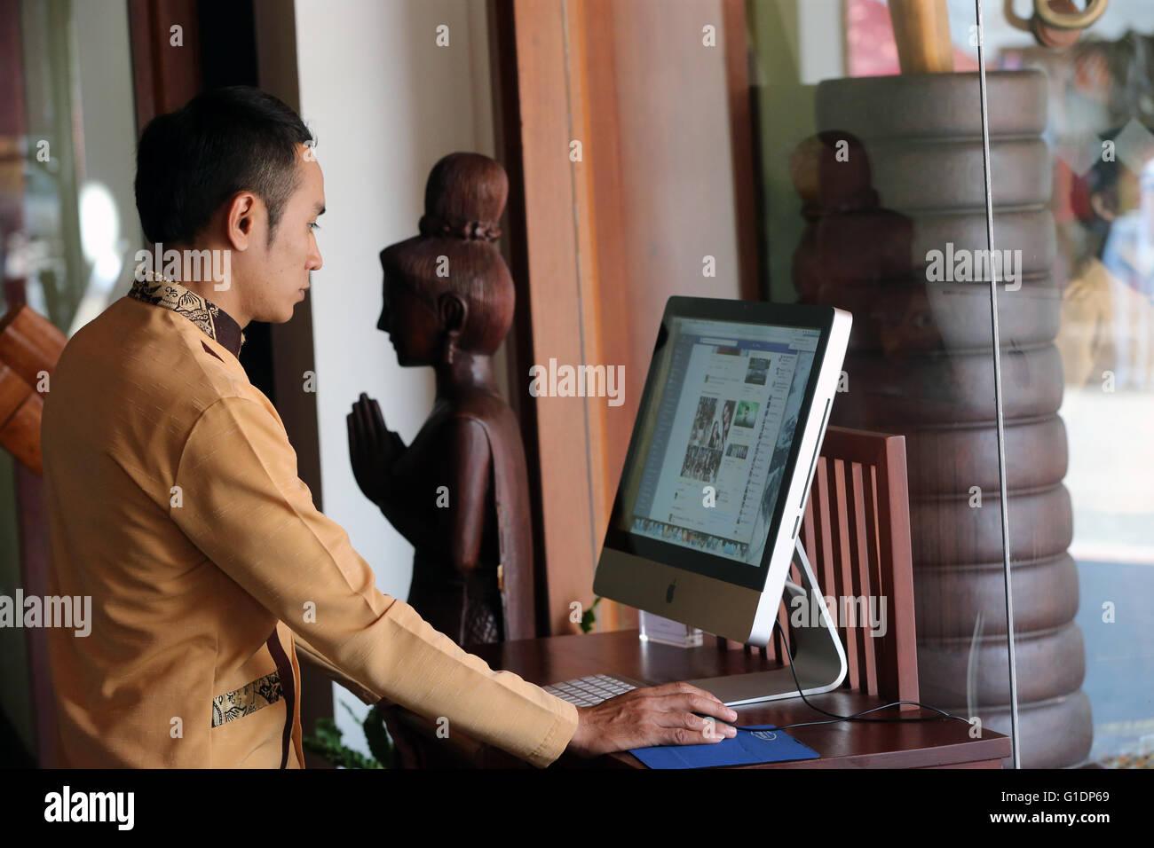 Hombre utilizando Facebook en un ordenador. Vientiane. Laos. Imagen De Stock