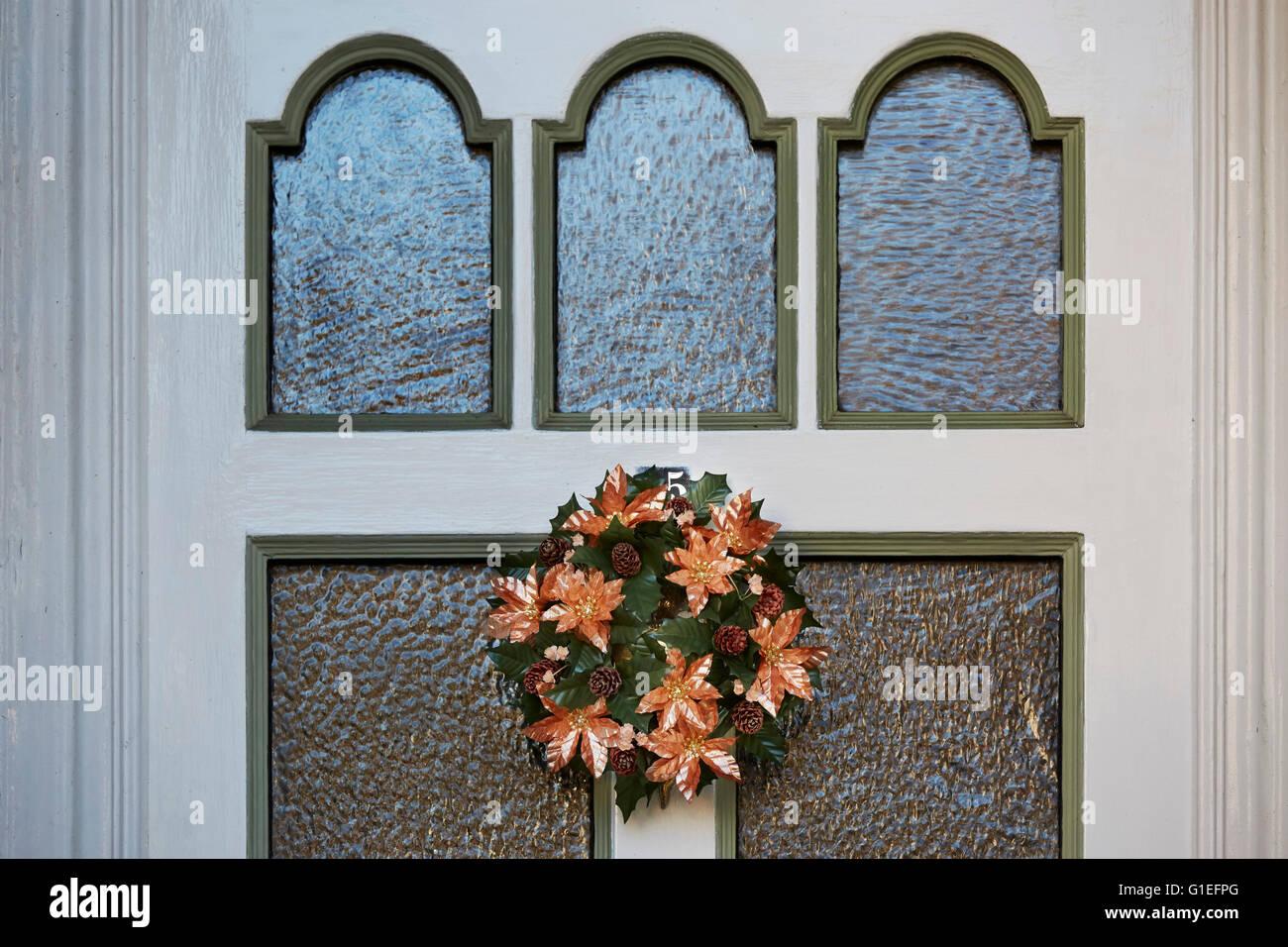 Guirnalda de navidad en la puerta. Imagen De Stock