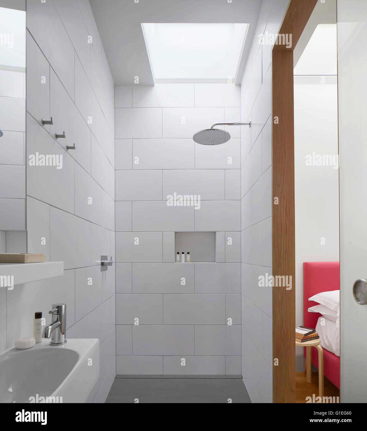 Casa de la familia moderna, Shepherds Bush, Londres. Cuarto de baño ...