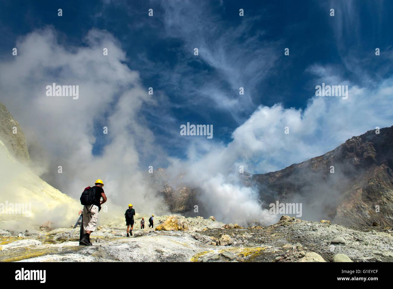 Los turistas en tierras de volcán activo Whakaari Isla Blanca Nueva Zelanda Imagen De Stock