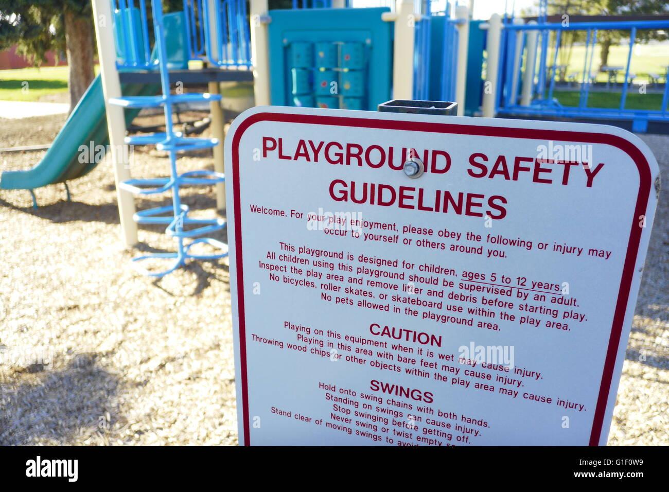 Signo delante de playground mostrando playground directrices y normas de seguridad. Imagen De Stock