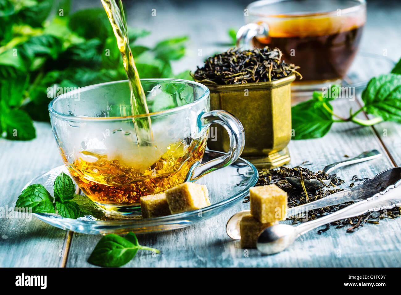 El té. El té de menta. Té de hierbas. Hoja de menta. Hojas de Menta. En un vaso de té, hojas Imagen De Stock