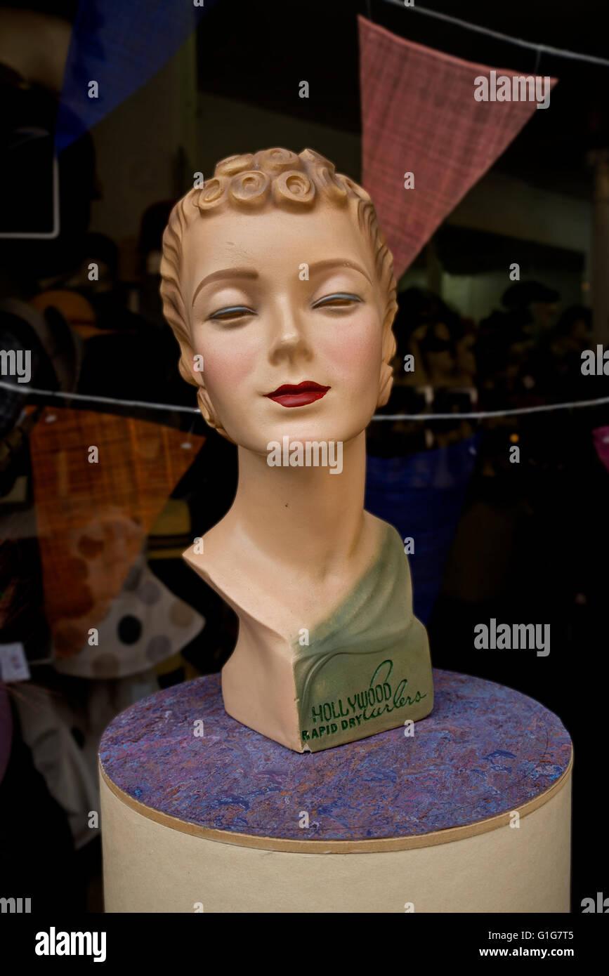 Un vintage cabeza maniqui en la ventana de Fabhatrix hat shop que originalmente era la publicidad de Hollywood rizadores Imagen De Stock