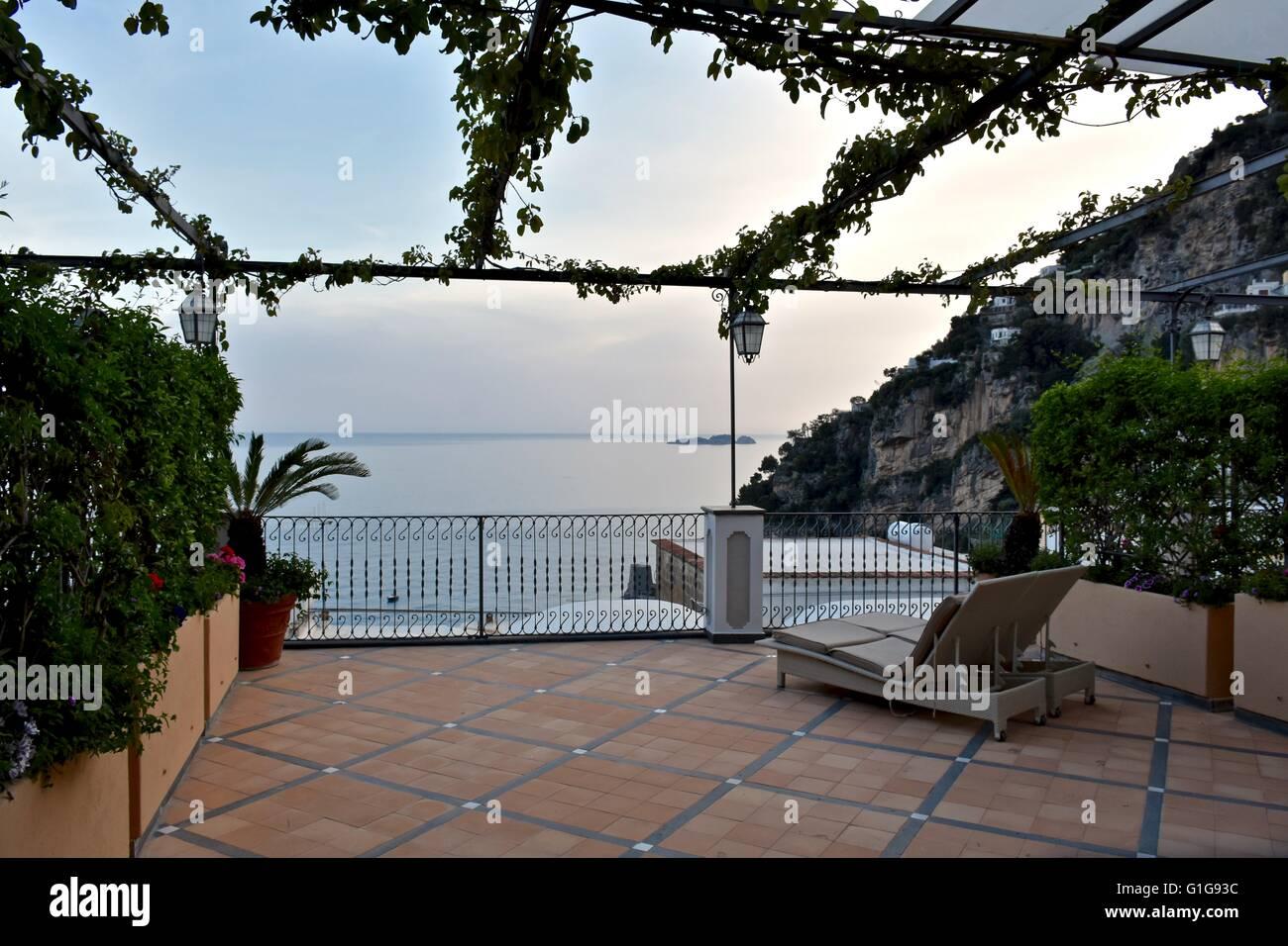 Un hermoso balcón con vistas a la ciudad costera de Positano, Italia Imagen De Stock