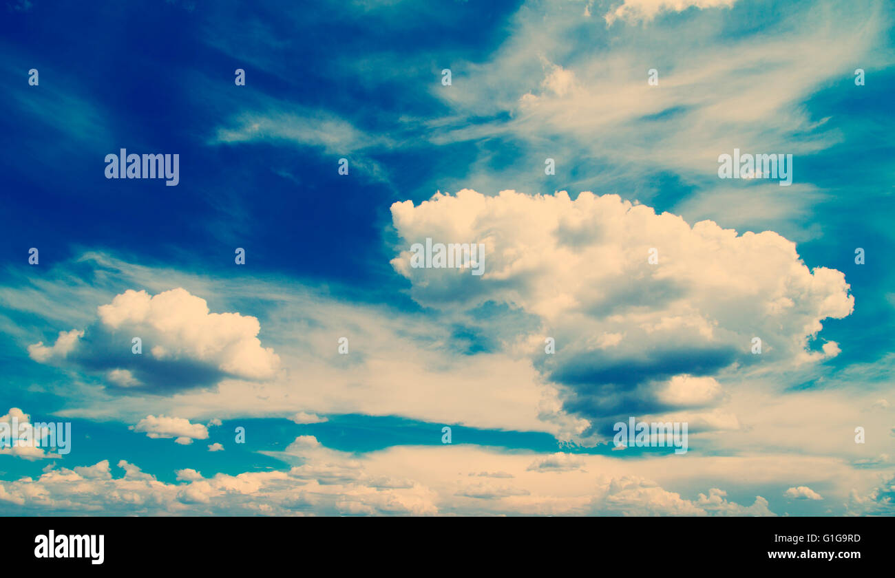 Esponjosas nubes blancas en el cielo azul, instagram filtrados mirar. Foto de stock