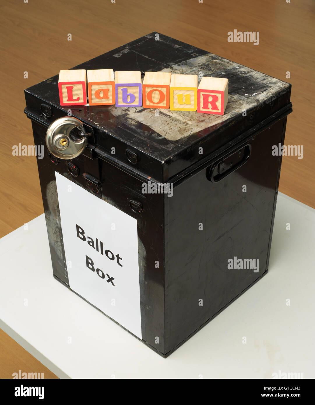 """UK urna y childs Bloques ABC"""" declarando que """"Trabajo"""" en referencia a la política británica. Imagen De Stock"""