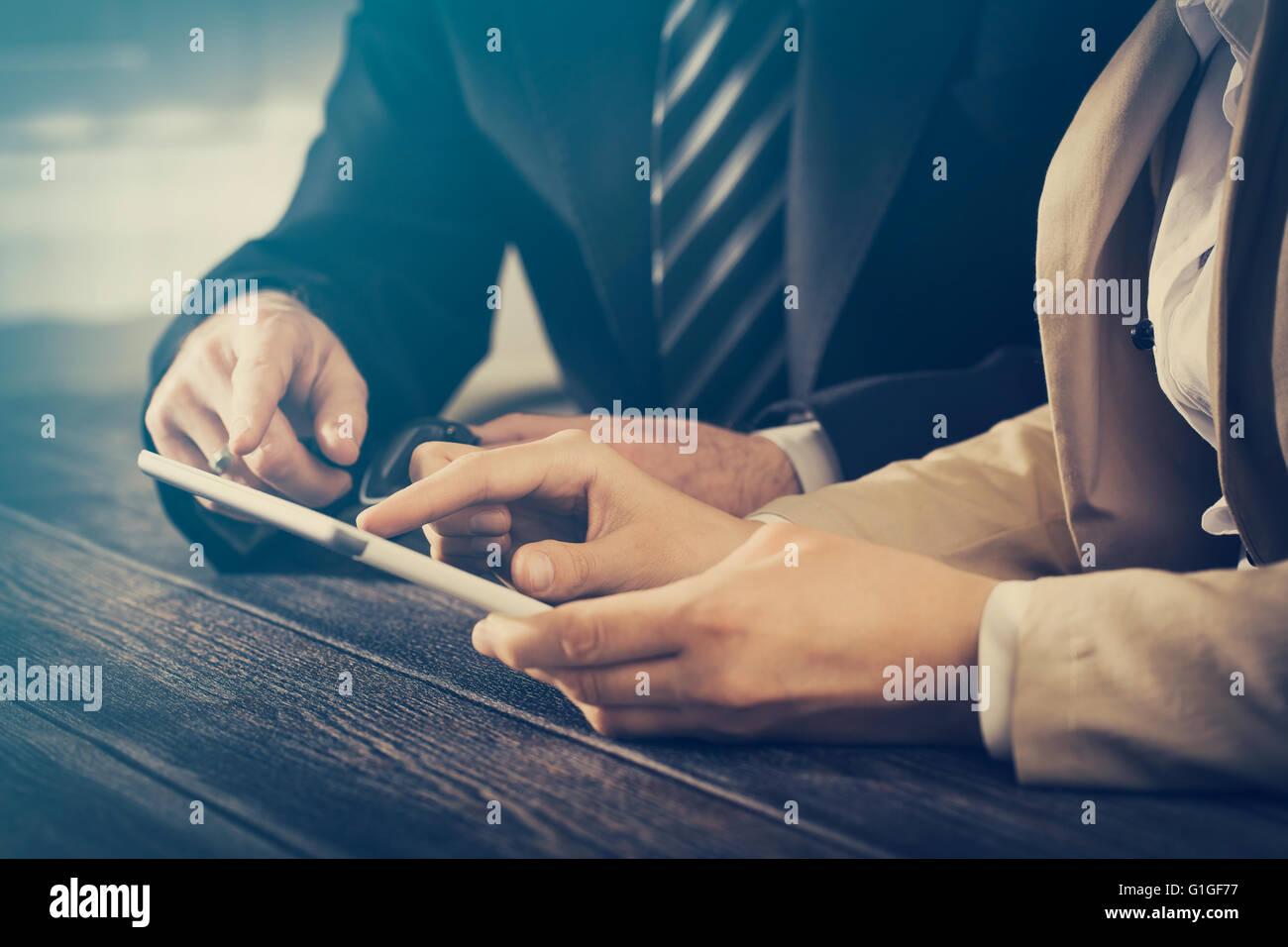 Reunión de negocios Executive Consulting revisar informe carrera tablet - stock image Imagen De Stock