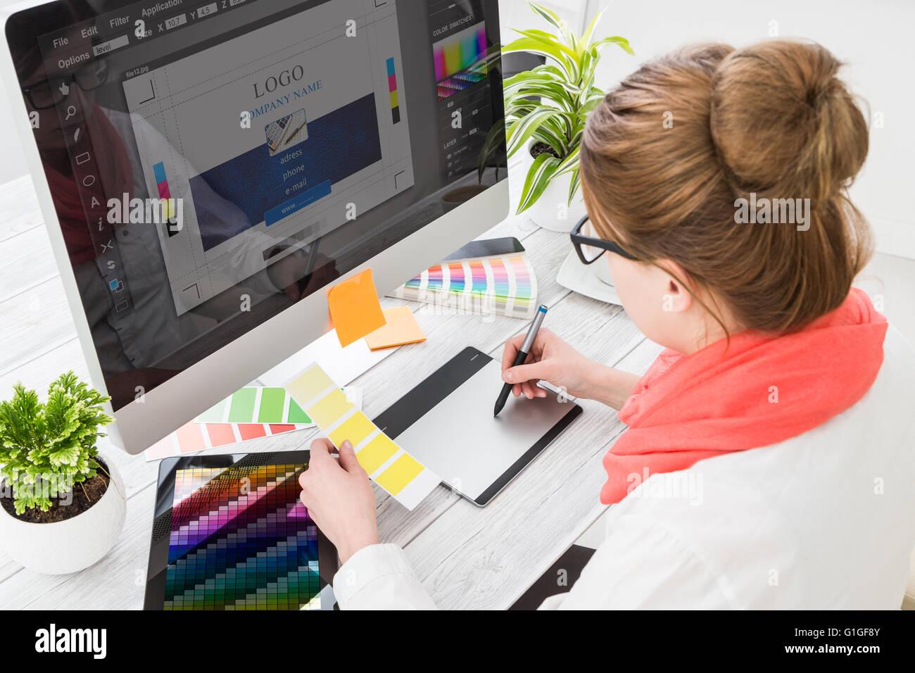 Diseñador gráfico en el trabajo. Las muestras de color. Foto de stock