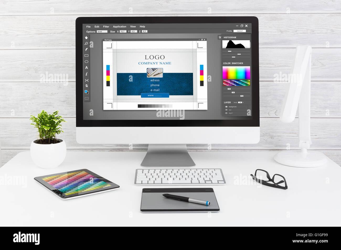 Diseñador gráfico en el trabajo. Las muestras de color. Imagen De Stock