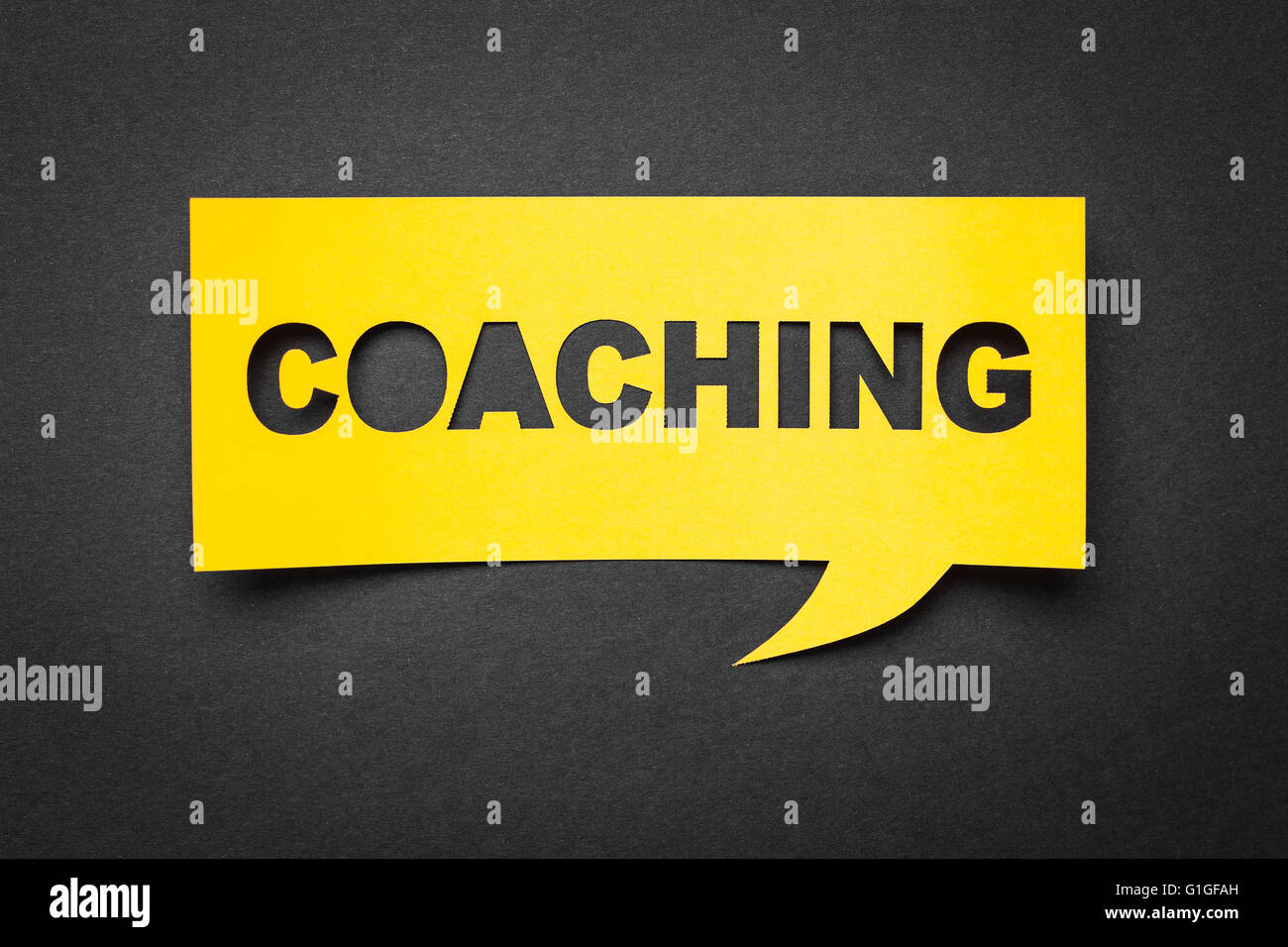Bubble speech con cortar la frase 'coaching' en el papel. Imagen De Stock