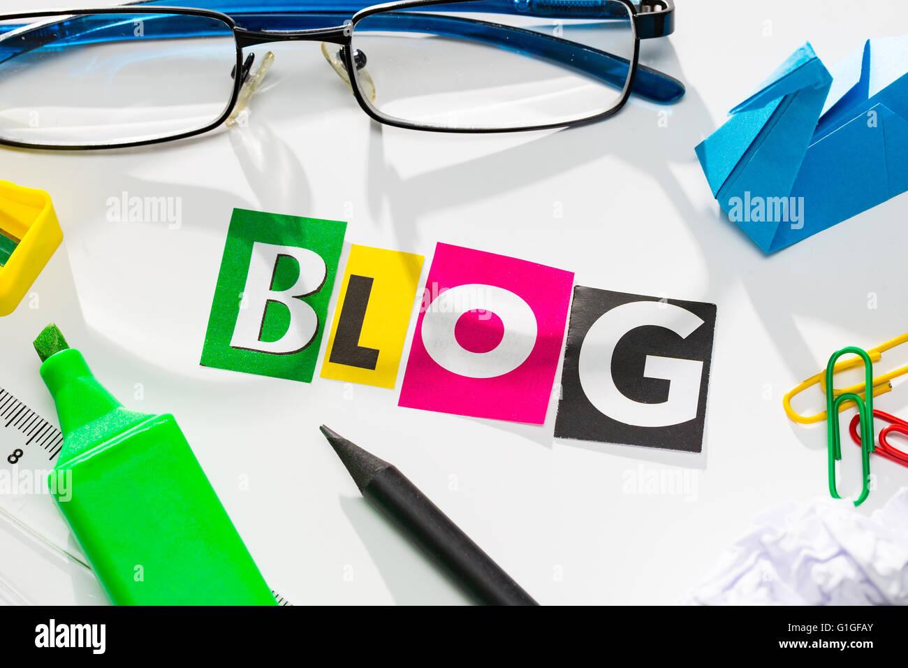 La colorida palabra blog en el corte de la revista letras. Imagen De Stock