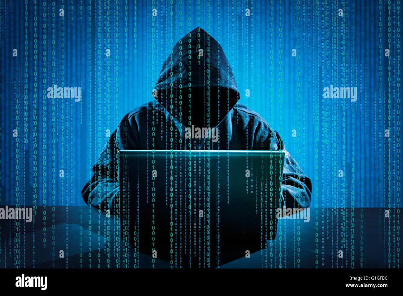 Hacker utilizando el portátil. La piratería en Internet. Imagen De Stock