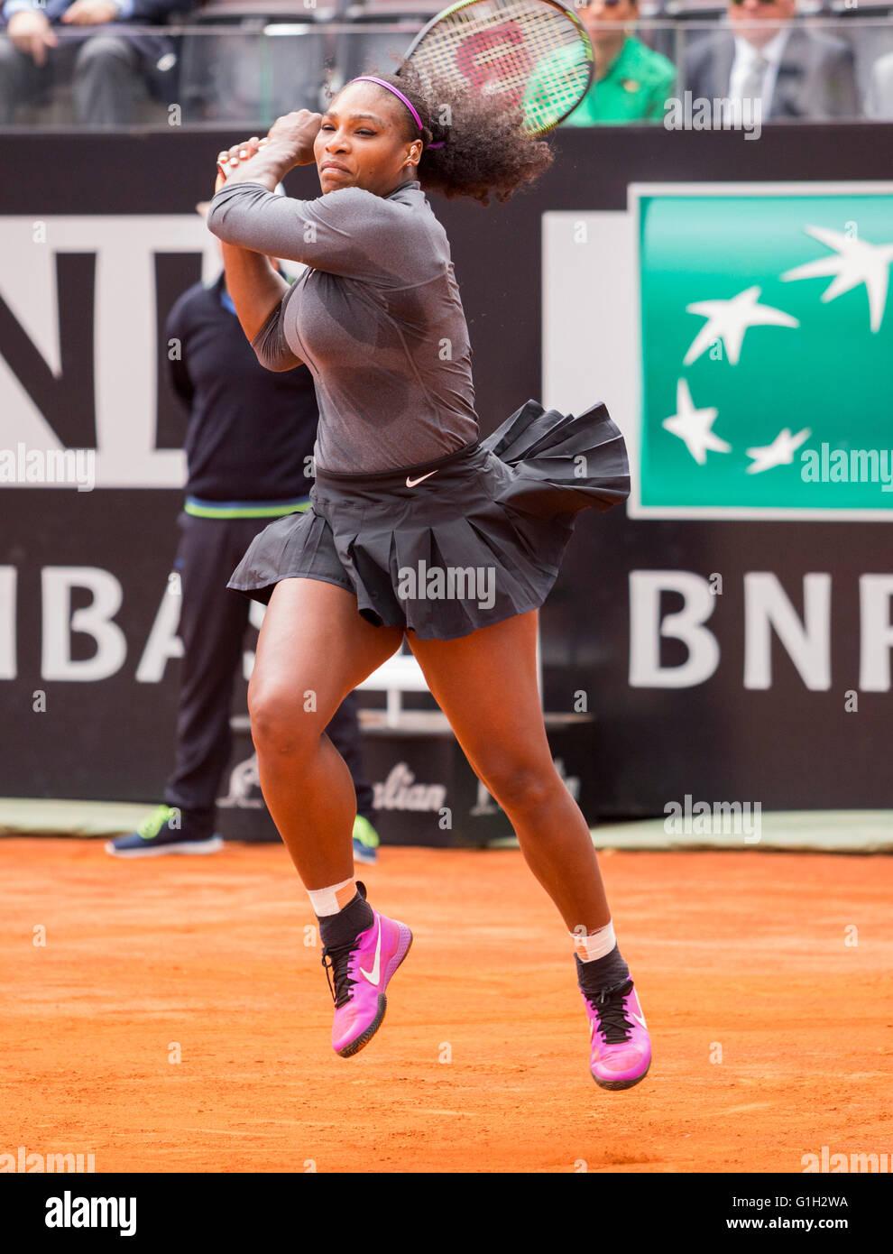 Serena Williams jugando en la final de singles mujeres en Roma en la BNL internationals de tenis 2016 Foto de stock
