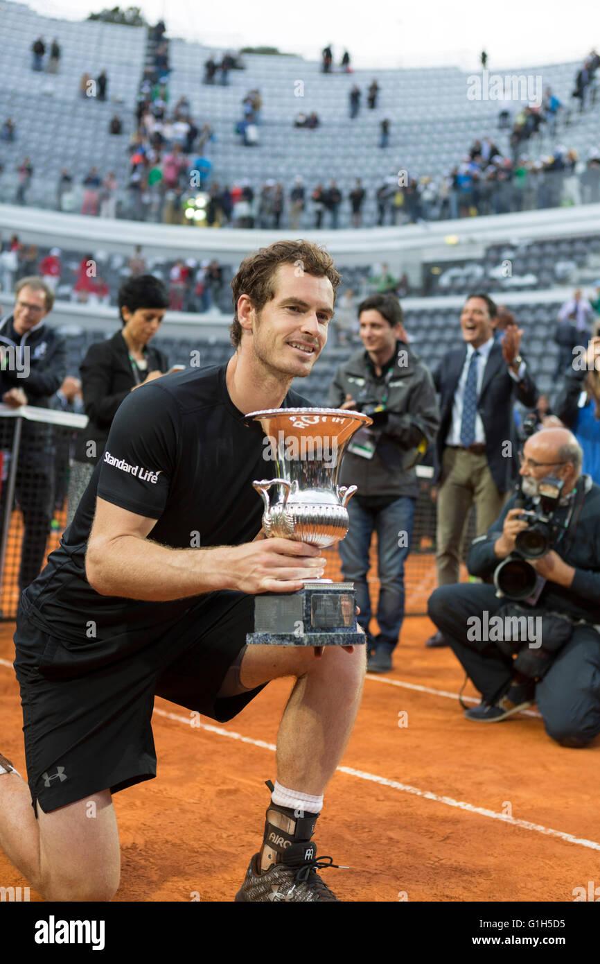 Roma, Italia. 15 Mayo, 2016. Andy Murray posa para los fotógrafos con el trofeo de hombres solteros internacionales de tenis de Roma Foto de stock