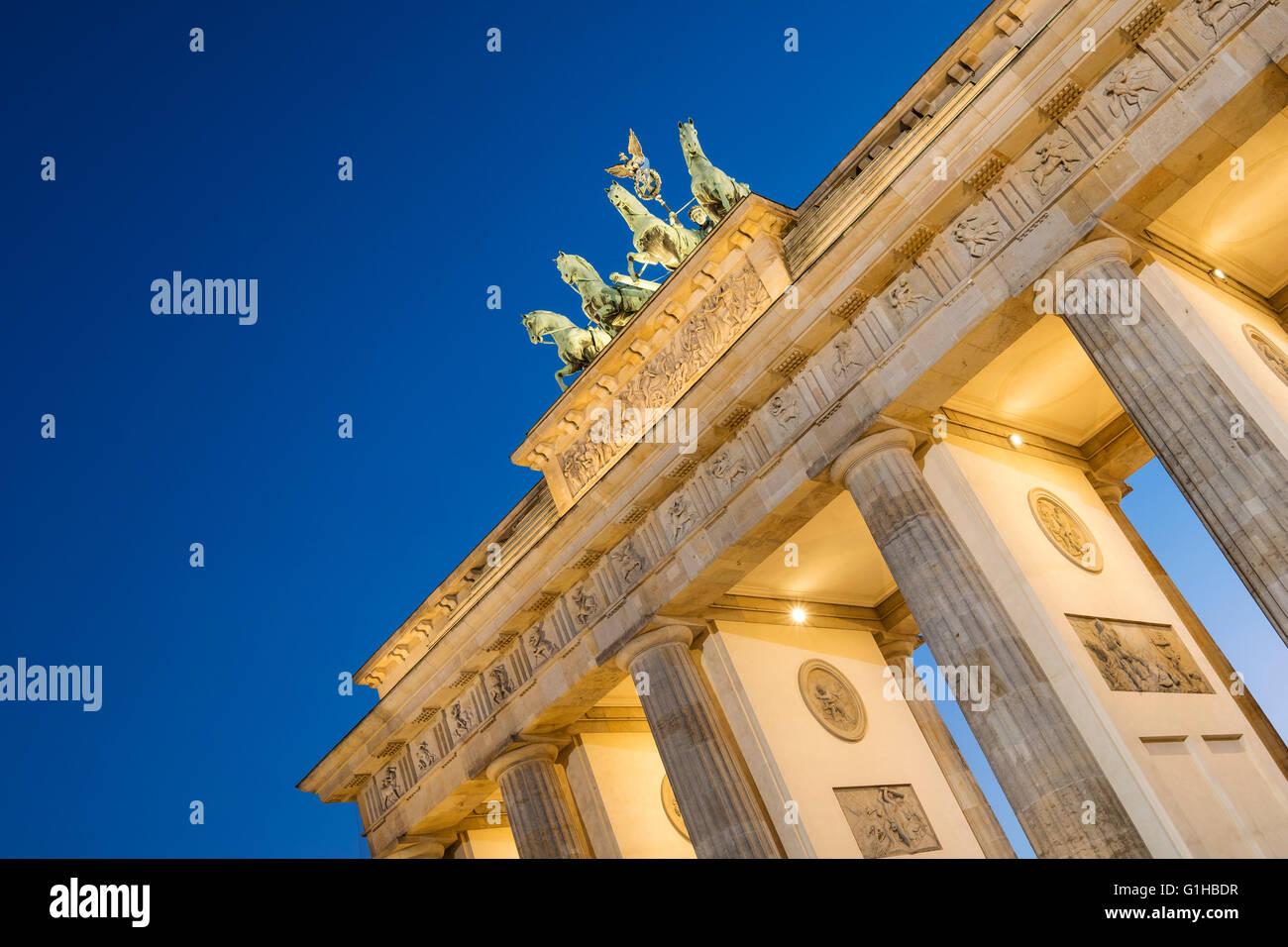 Puerta de Brandeburgo, en la noche de Berlín en Alemania Imagen De Stock