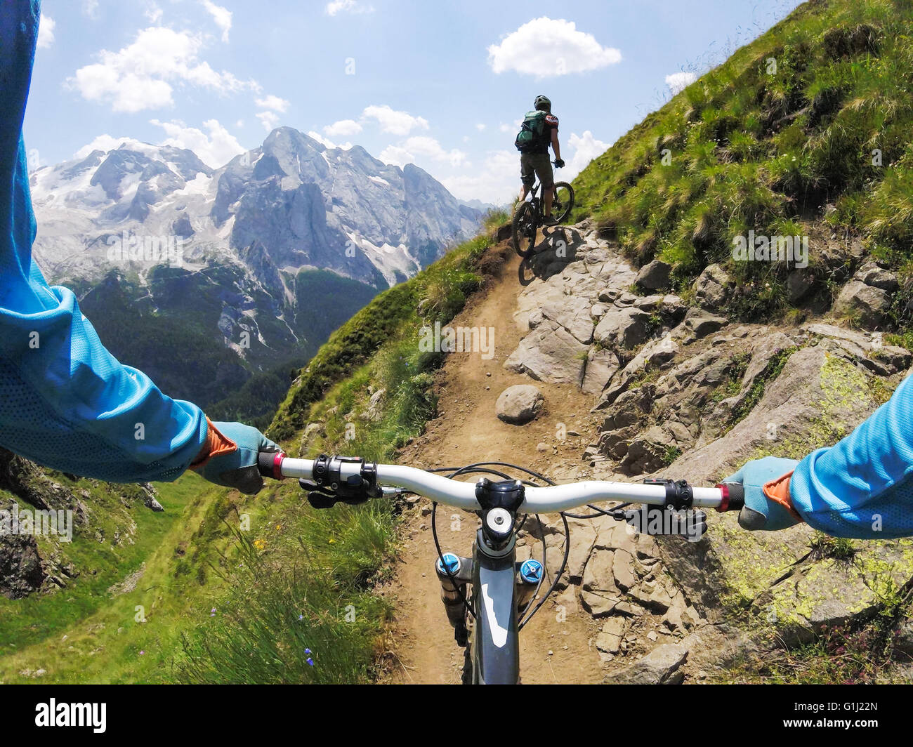 Dos hombres, ciclismo de montaña, Dolomitas, Italia Foto de stock