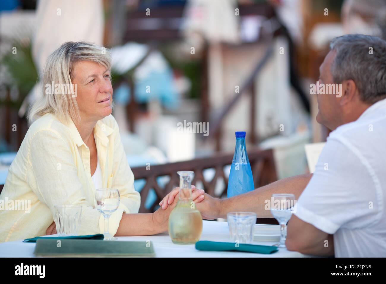 Amorosa pareja de mediana edad disfruta de un momento de licitación Foto de stock