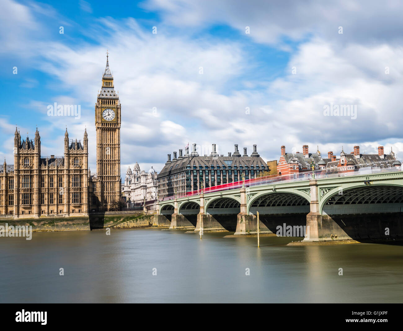 La larga exposición de autobuses rojos en el puente de Westminster, Londres, Reino Unido. Imagen De Stock