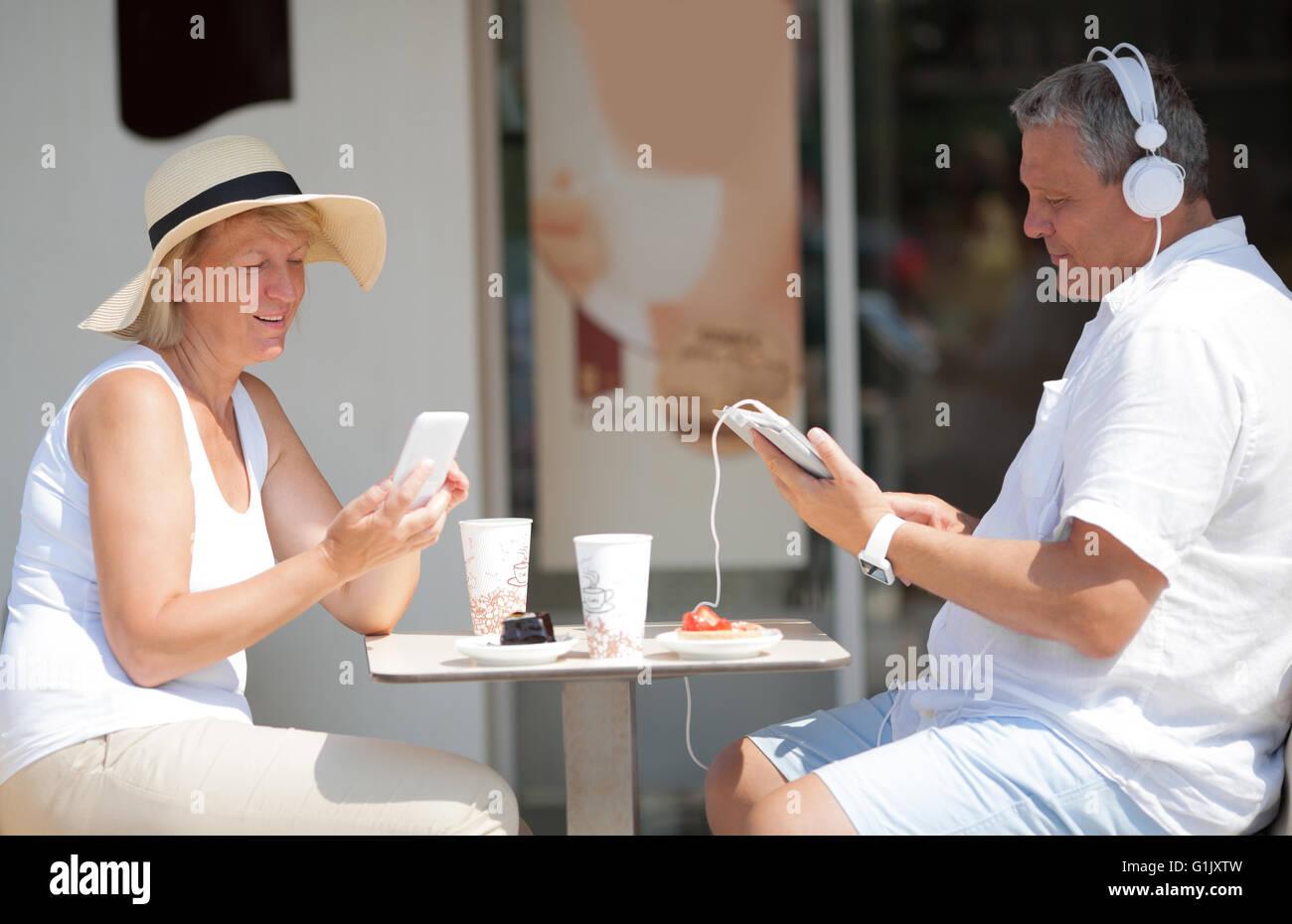 Pareja de mediana edad relajarse en vacaciones de verano Imagen De Stock