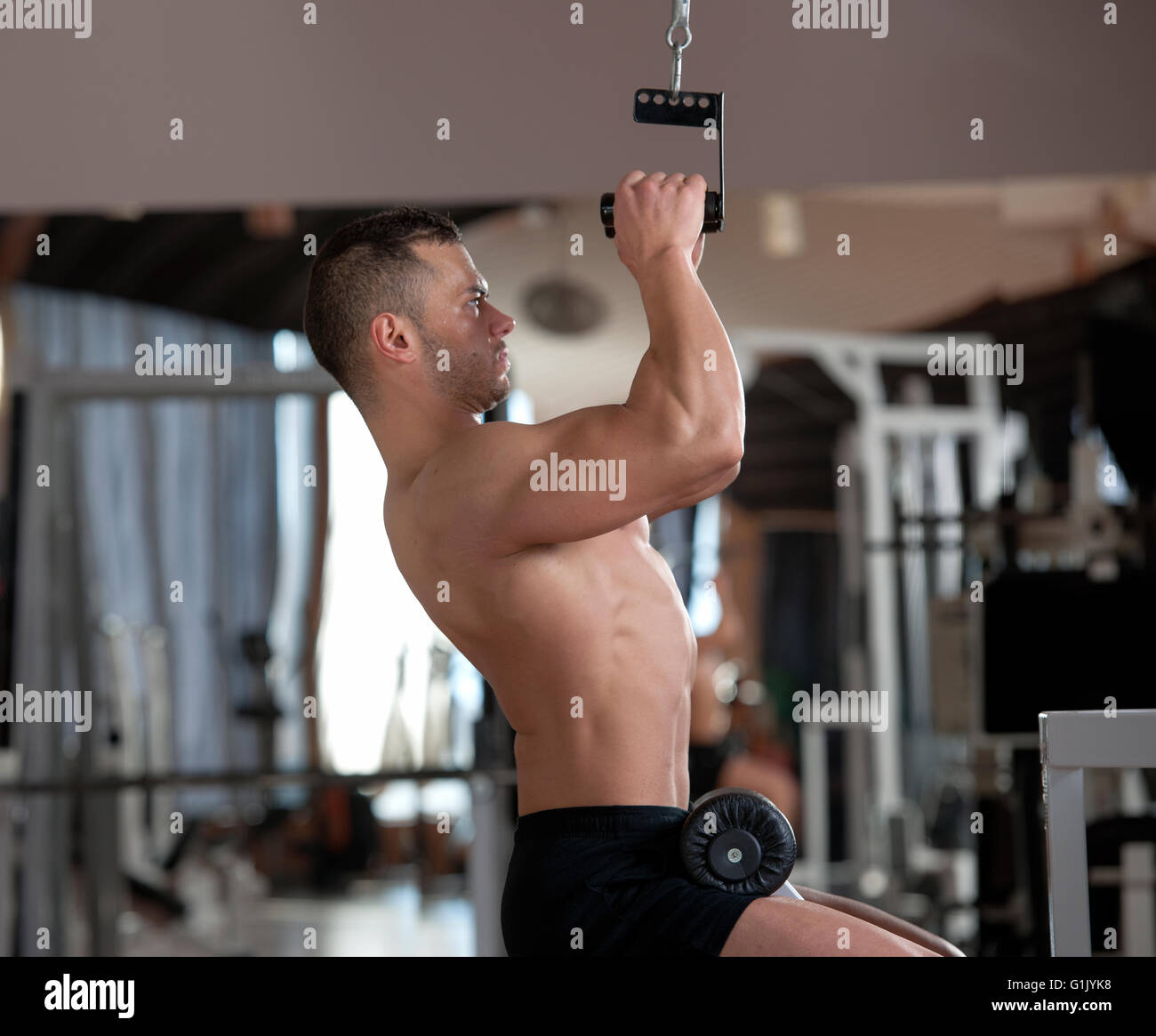 Apuesto joven hombre muscular en un gimnasio Imagen De Stock