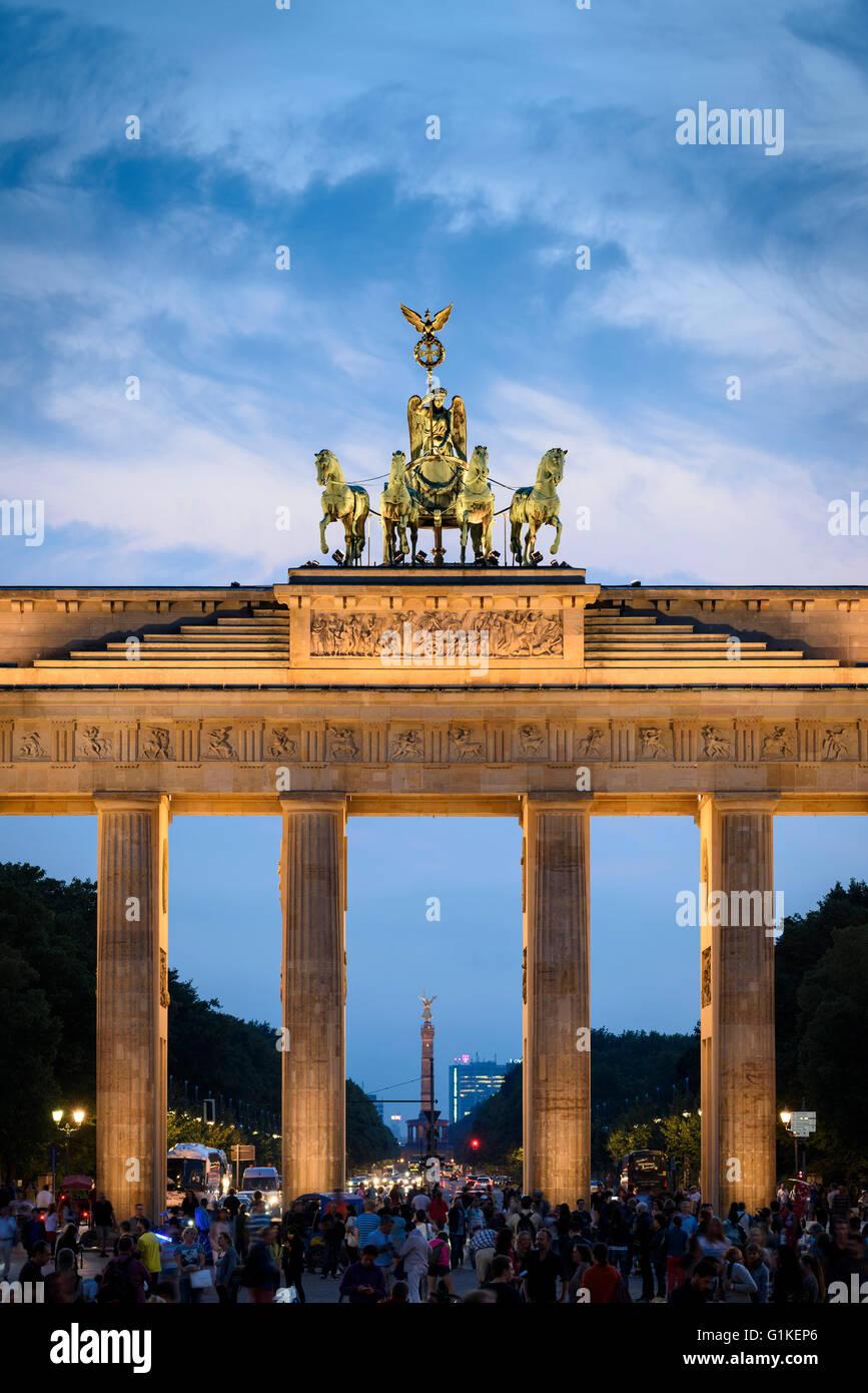 Berlín. Alemania. La Puerta de Brandenburgo, iluminado por la noche. Imagen De Stock