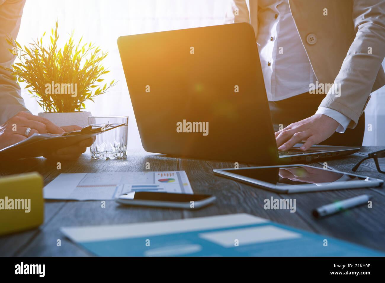 La planificación de carrera profesional ocupado equipo portátil de trabajo trabajo - stock image Imagen De Stock