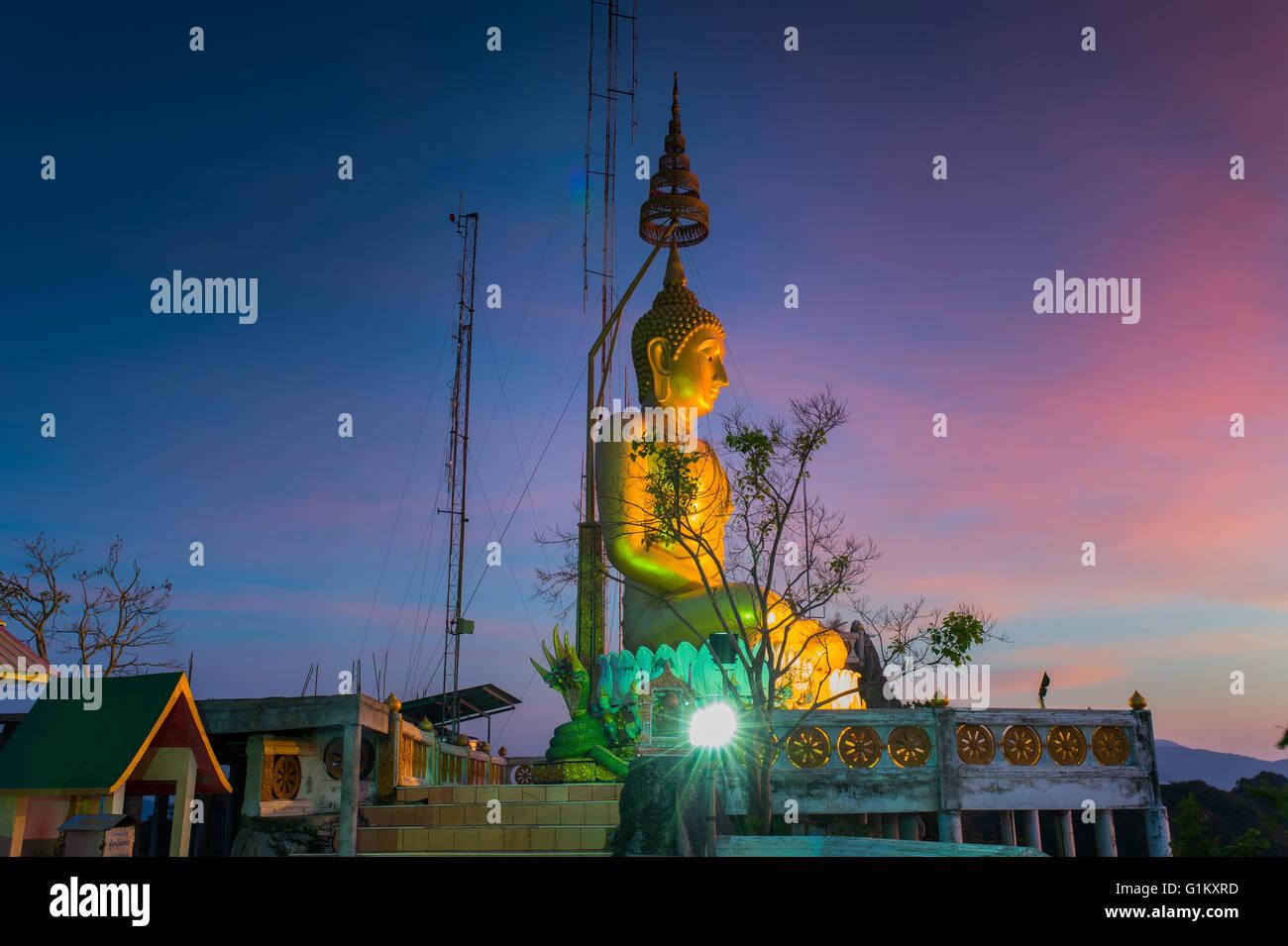 Buda en Wat Tham Seua (Cueva del Tigre), en Krabi, Tailandia Imagen De Stock