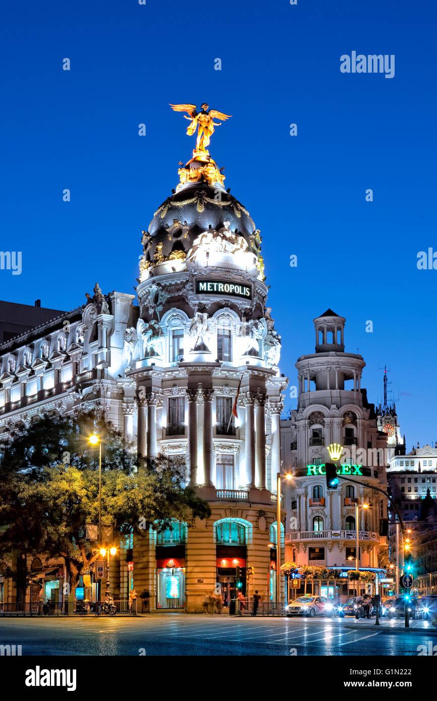 El edificio Metrópolis y la Calle Alcala en la noche Imagen De Stock