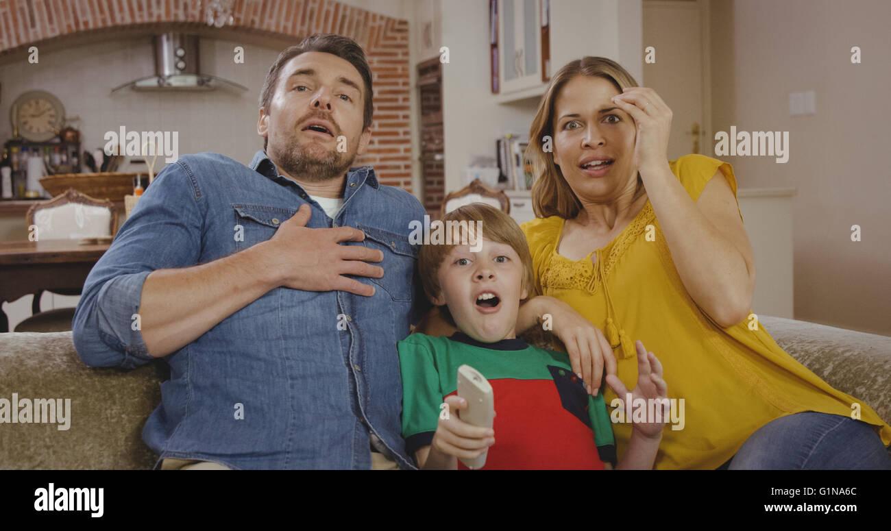 Familia son sorprendentes mientras mira TV Imagen De Stock