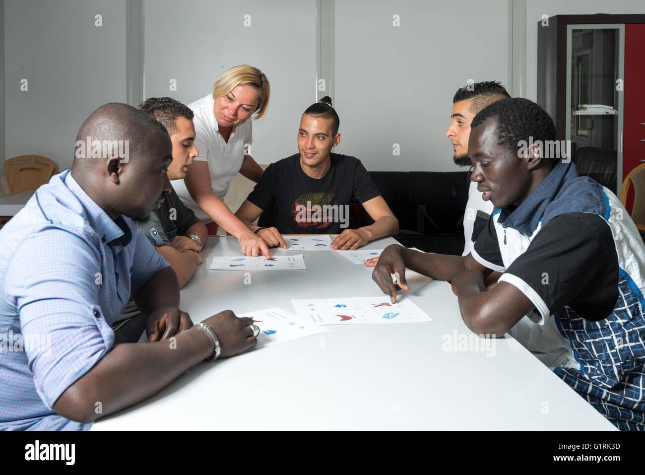 Los cursos de idiomas para los refugiados en un campamento alemán Imagen De Stock