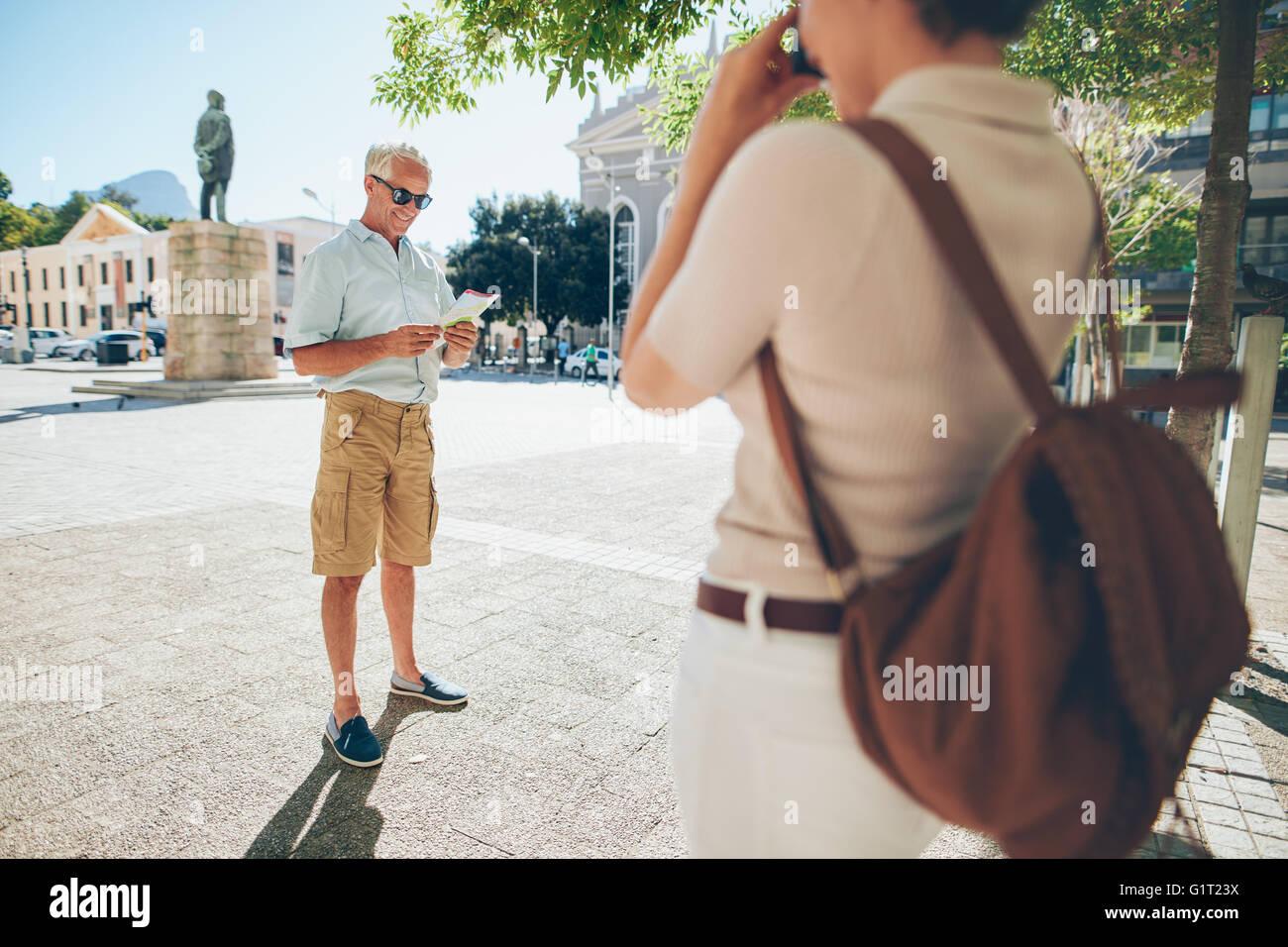 Altos hombre fotógrafo por una mujer en la ciudad durante sus vacaciones. Las parejas ancianas tomando fotos Imagen De Stock