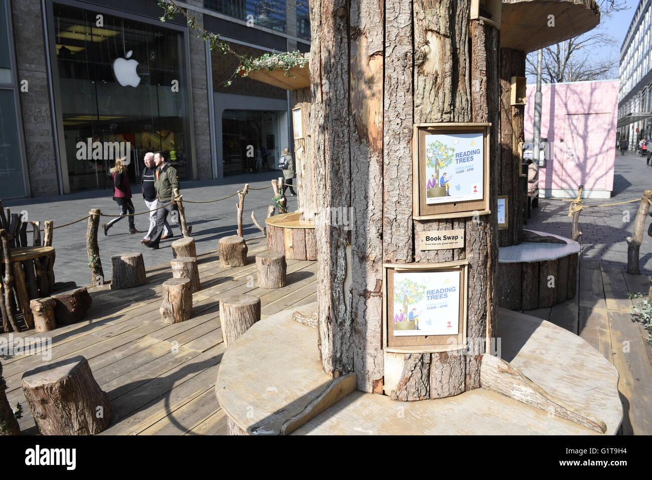 La lectura de los árboles, una comunidad de intercambio libro idea y asientos en Liverpool One shopping Centre, Imagen De Stock