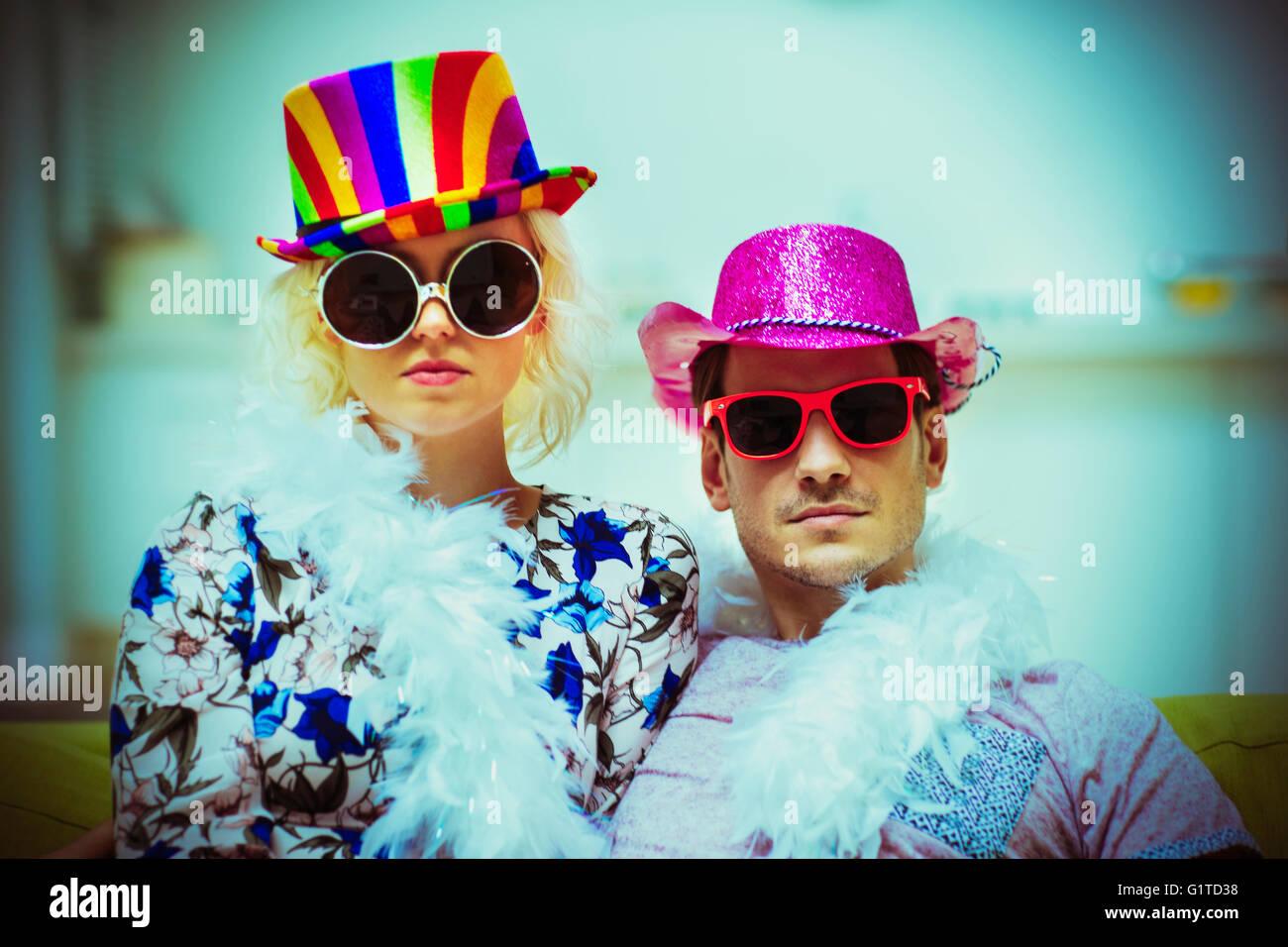 Retrato actitud par llevar traje gorras y gafas de sol Imagen De Stock