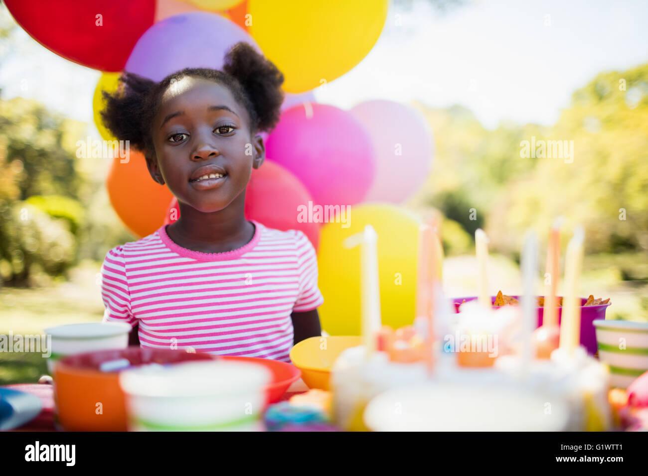 Retrato de linda chica posando durante una fiesta de cumpleaños Imagen De Stock
