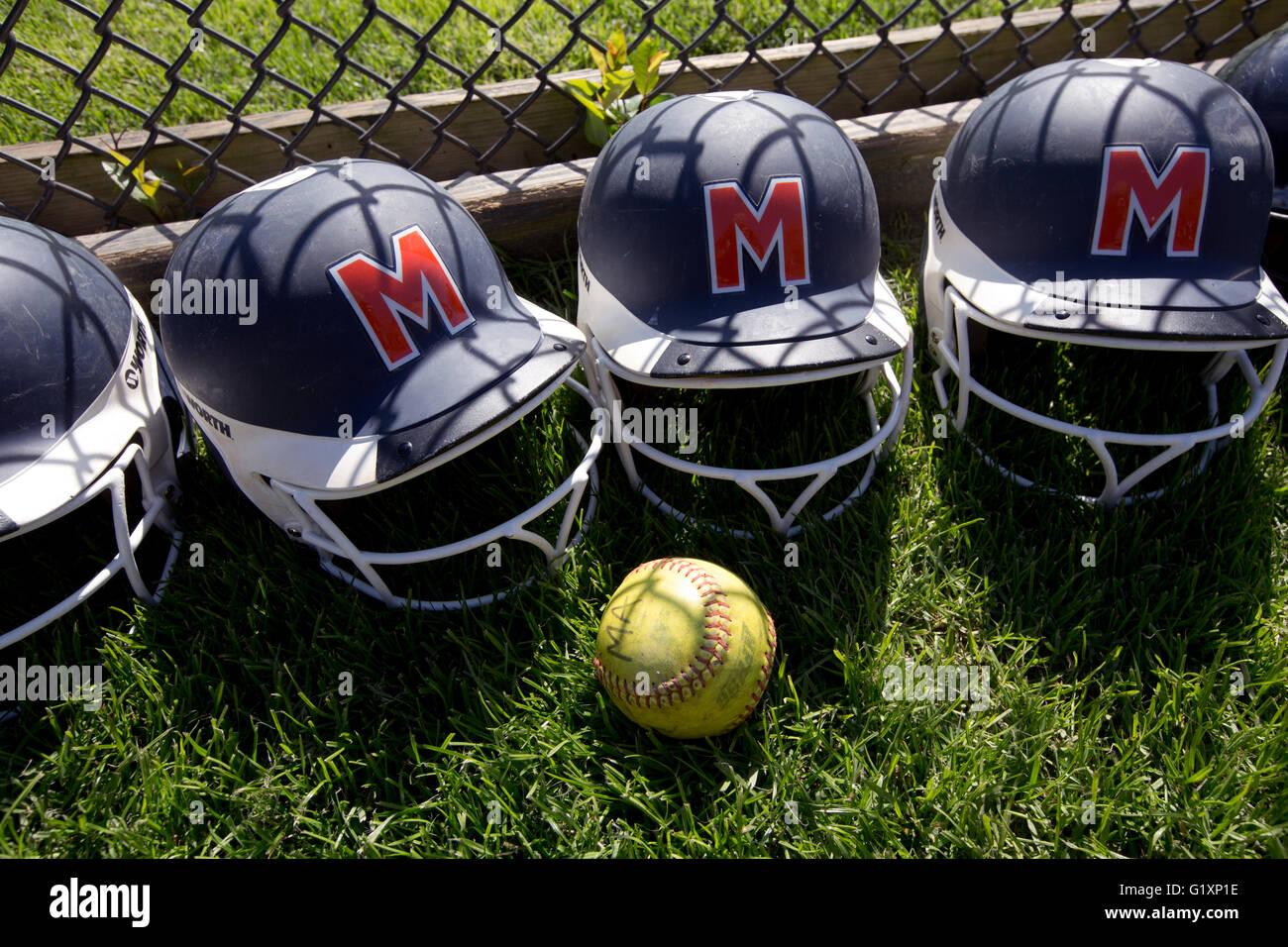 La escuela secundaria de niñas cascos de bateo de softbol Imagen De Stock
