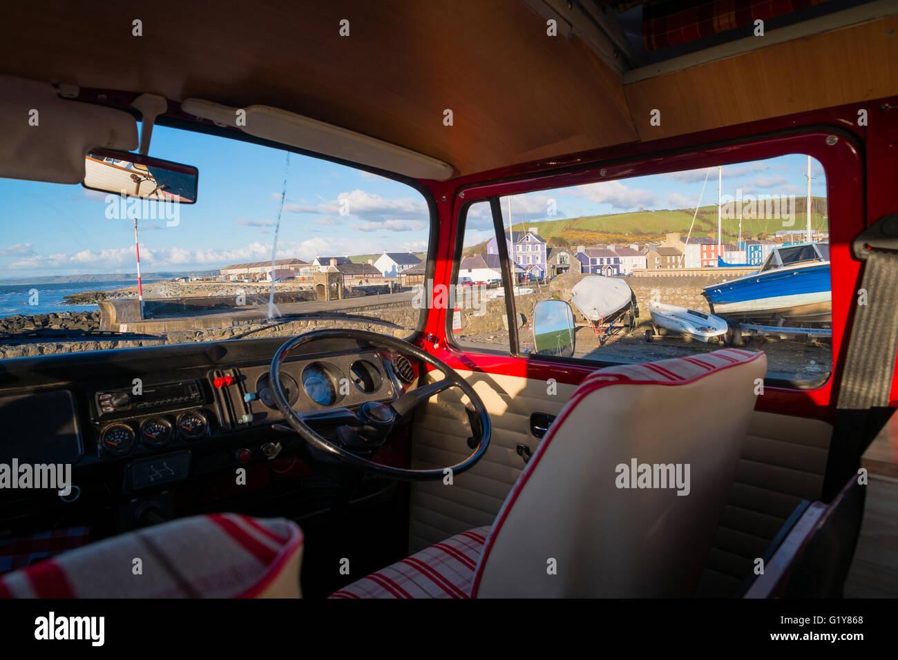 El Interior De Un Clasico Rojo 1972 Volkswagen Vw T2 Tipo 2 Autocaravana En El Muelle A Aberaeron Ceredigion Gales Uk Fotografia De Stock Alamy