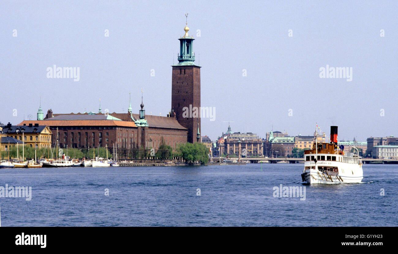 Ayuntamiento de Estocolmo sobre el agua con un archipiélago barco Imagen De Stock