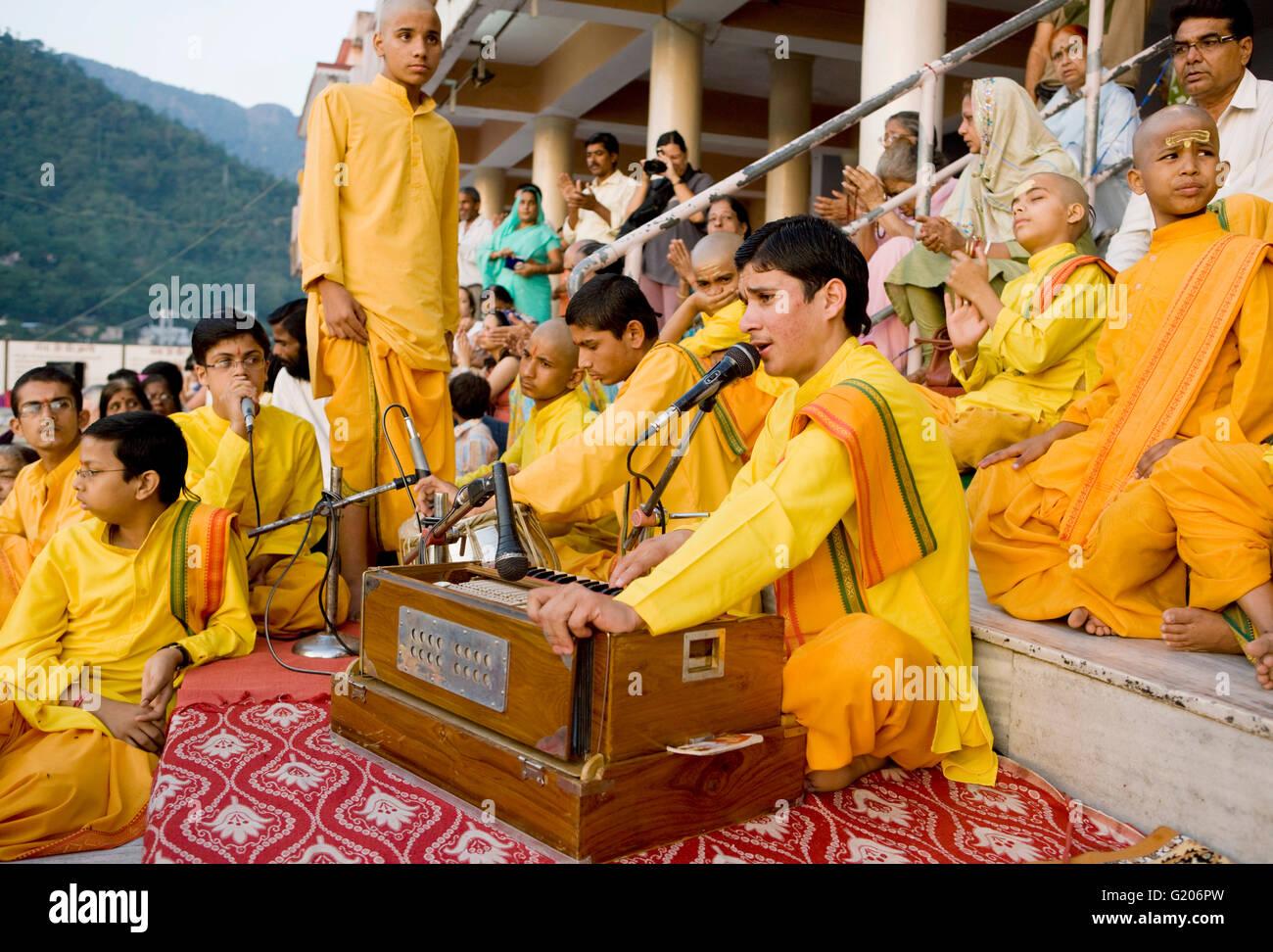 Los muchachos orar y cantar con su gurú en el Ganga Aarthi ritual. Rishikesh, India. Imagen De Stock
