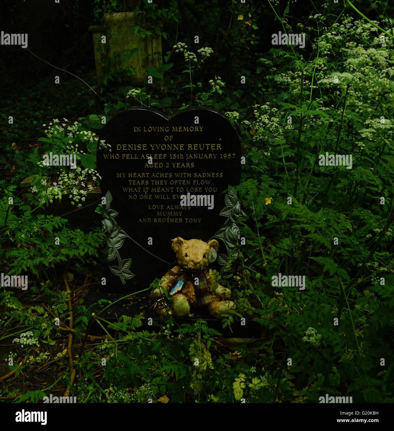 La tumba de un niño Foto de stock