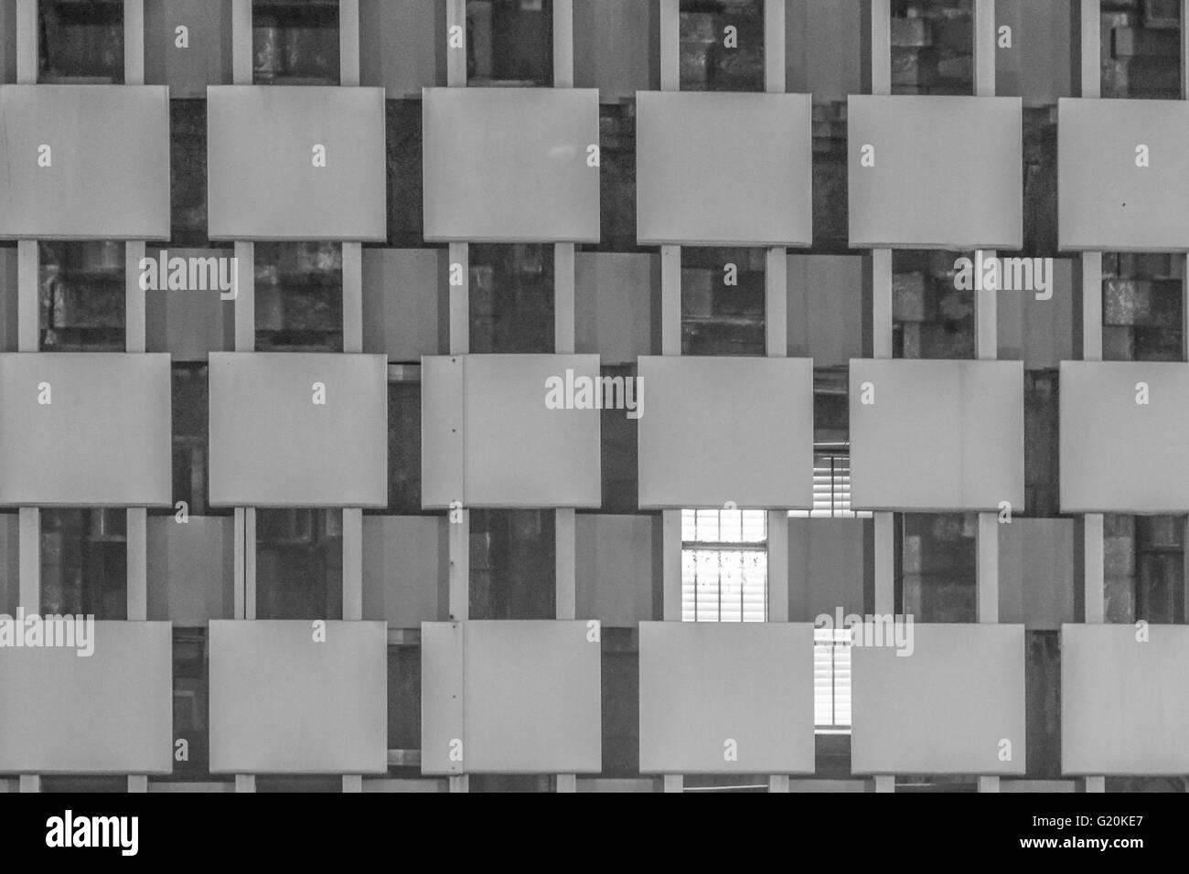 Imagen en blanco y negro de la fachada de un edificio que tiene un patrón de rejilla como en Nueva Orleans Foto de stock